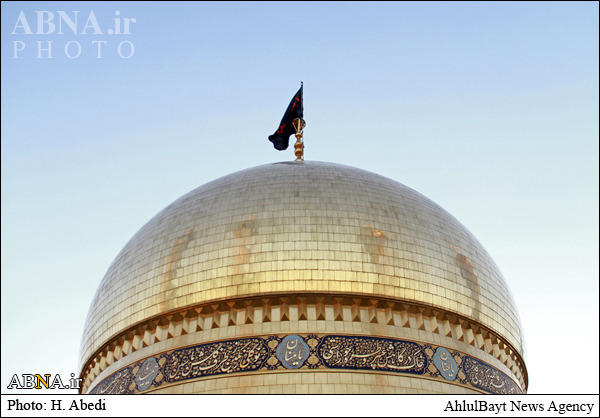 پرچم حرم امام حسین (ع) بر فراز بارگاه حضرت معصومه(س)/ تصاویر