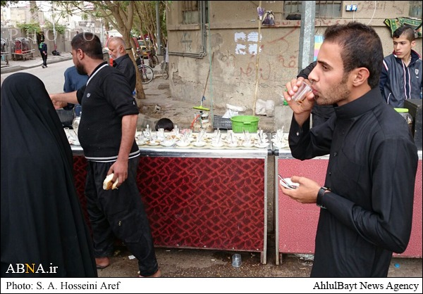 پذیرایی از زوار کربلا در ایستگاههای مردمی/ تصاویر