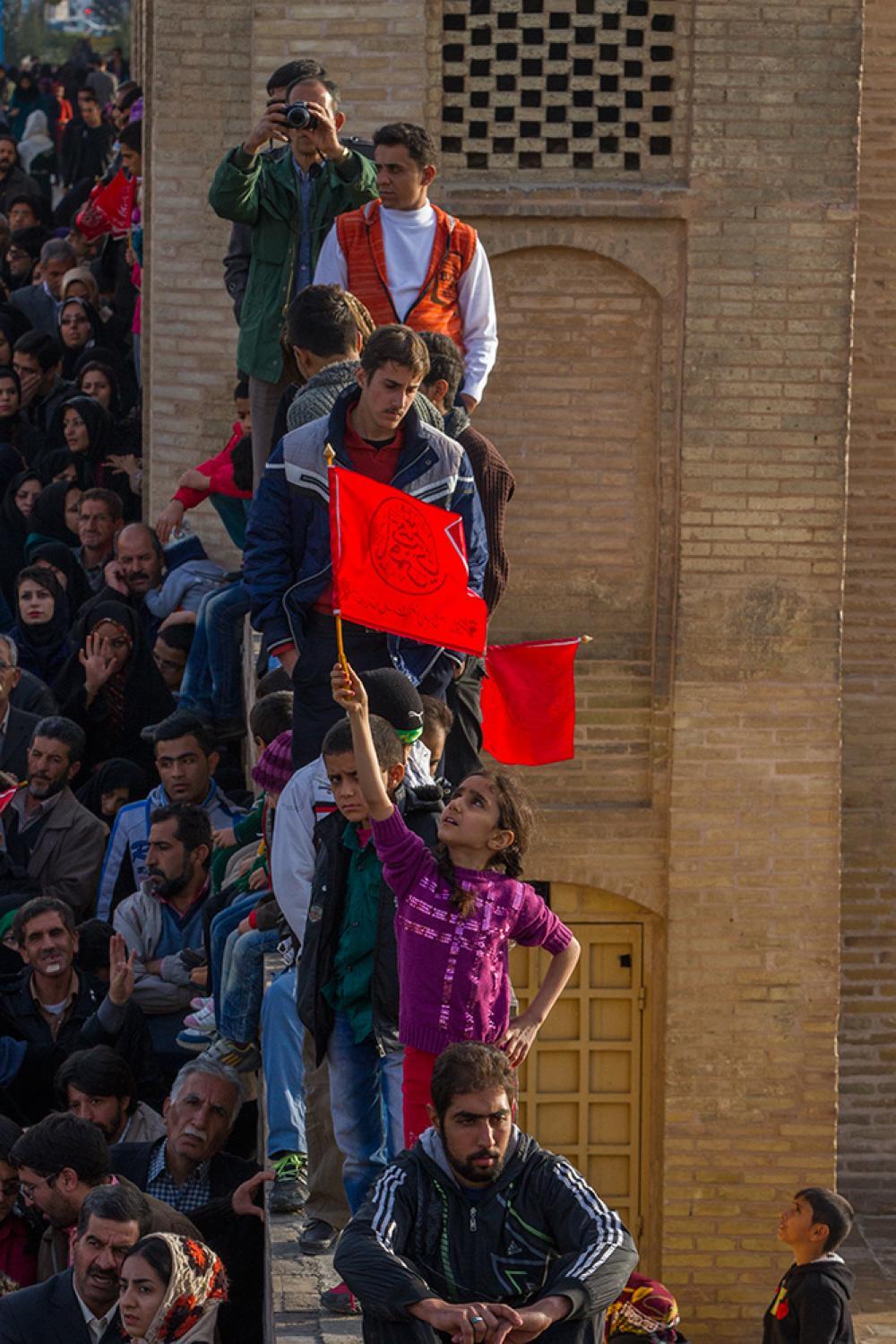 اهتزاز پرچم اصلی حرم عباسی در اصفهان
