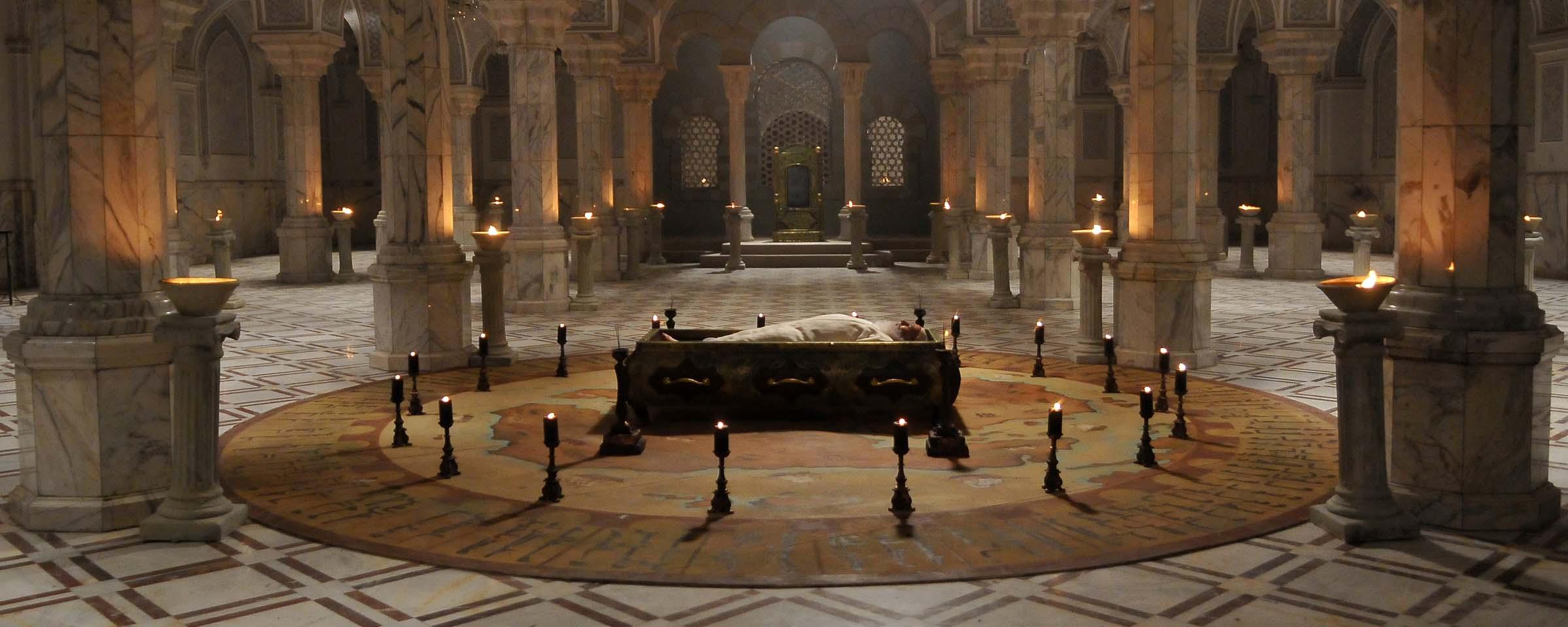 جسد معاویه در کاخ خویش