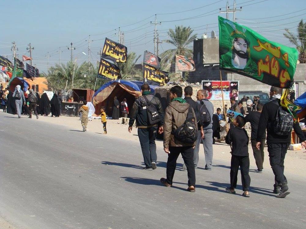 استقبال مردم بصره از زوار اربعین با آغاز حرکت کاروانهای حسینی به سمت کربلا/ گزارش تصویری