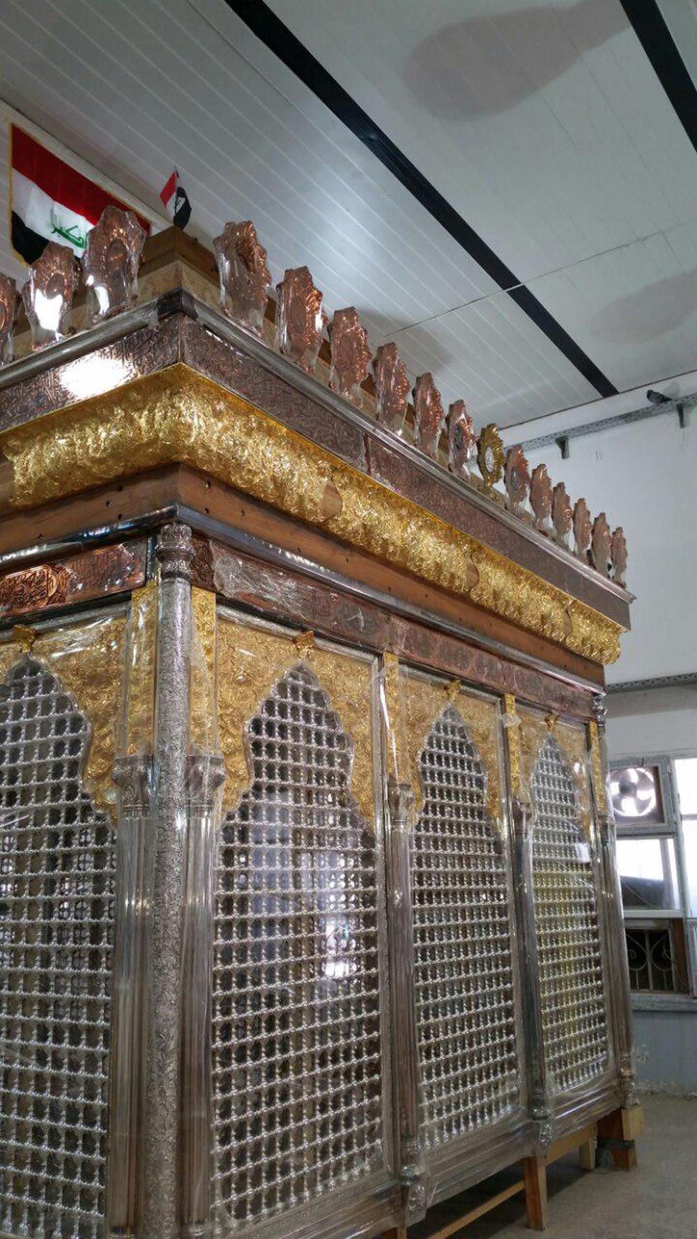 نصب نوار زرین بالای ضریح جدید حضرت عباس (ع) بر روی سازه چوبی آن
