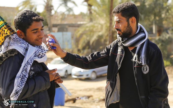 عطرزنی به زوار در مسیر پیاده روی اربعین/ گزارش تصویری