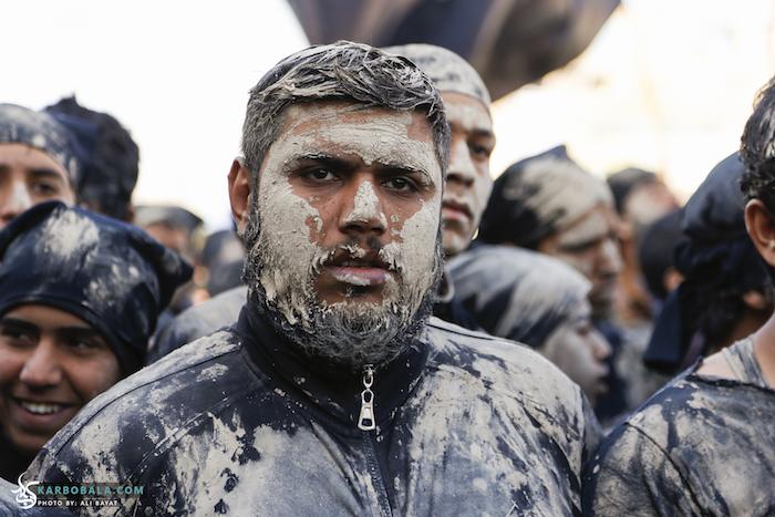 تصاویری از مراسم گل مالی زوار اربعین در کربلا