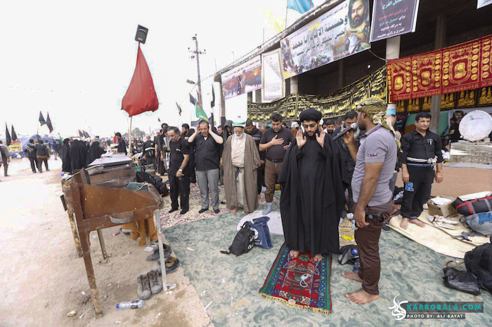 اقامه نماز در طول مسیر پیاده روی اربعین/ گزارش تصویری