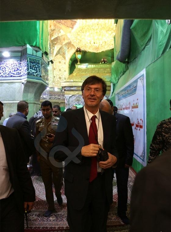 تشرف نماینده کمیساریای عالی سازمان ملل در امور پناهندگان به حرم مطهر امام حسین (ع)+ تصاویر