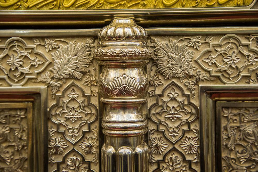 نصب درب ضریح جدید حضرت عباس (ع)  بر روی اسکلت ضریح