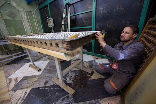 کامل ترین روایت تصویری از تمامی مراحل تعویض و نصب ضریح جدید حرم حضرت عباس علیه السلام/ قسمت دوم (ترمیم کف٬ انتقال ضریح جدید و عملیات اولیه نصب)