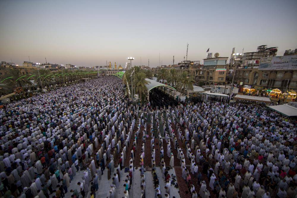گزارش تصویری از برگزاری نماز عید سعید فطر در صحن مطهر حرم حضرت عباس (ع)