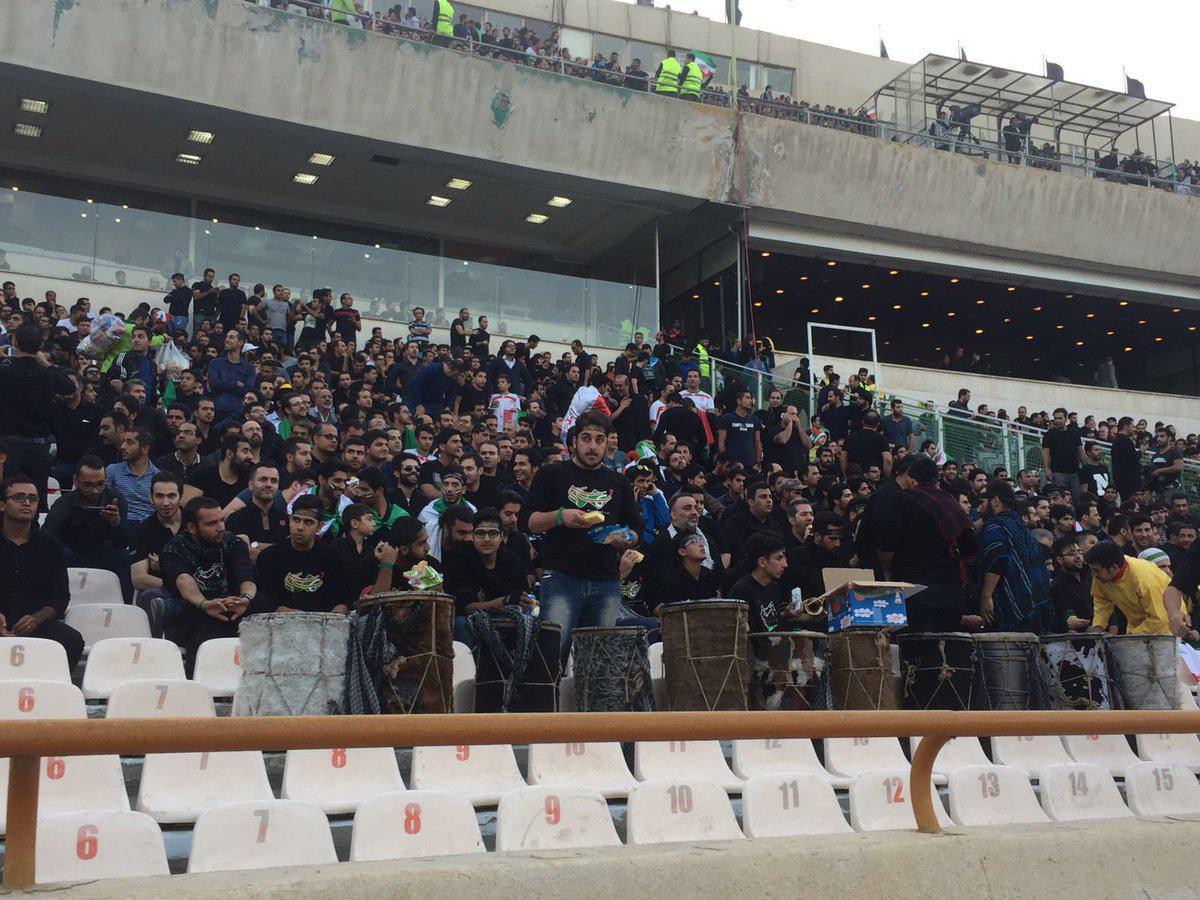حال و هوای عاشورایی ورزشگاه آزادی همزمان با دیدار ایران _ کره جنوبی + تصاویر