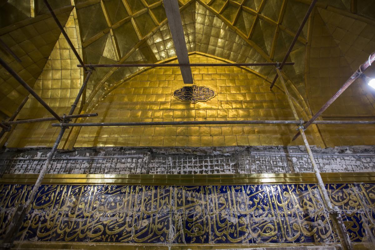 نصب کتیبههای قرآنی ایوان حرم حضرت عباس (ع)