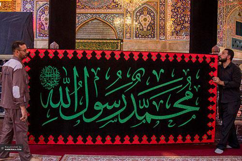 نصب پرچمهای عزای پیامبر اسلام در حرم سیدالشهداء (ع) / گزارش تصویری