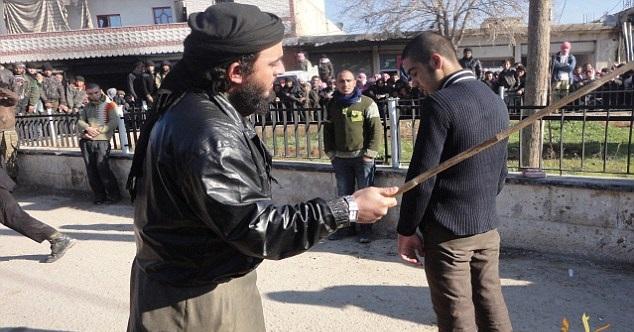 داعش سیگاری ها را شلاق می زند