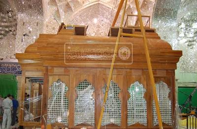 گزارش تصویری از نصب بدنه های چوبی ضریح جدید سیدالشهدا علیه السلام
