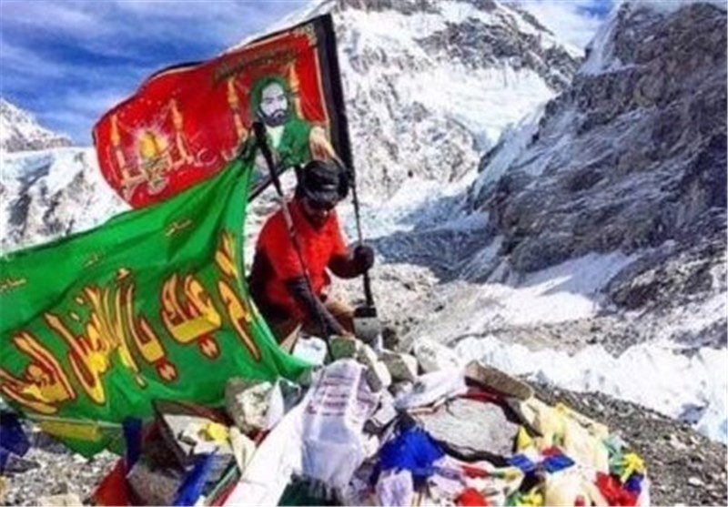 اهتزاز پرچم امام حسین ( ع ) بر قله اورست/ عکس