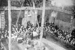 استقبال عزاداران از علم حضرت عباس(ع) به روایت «خوزستان و تمدن دیرینه آن»/ نخل معروف کلبیخان در مراسم عزاداری خوزستانیها
