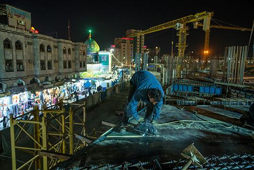 فعالیت 24 ساعته کارگران روزهدار در طرح توسعه حرم حسینی / گزارش تصویری