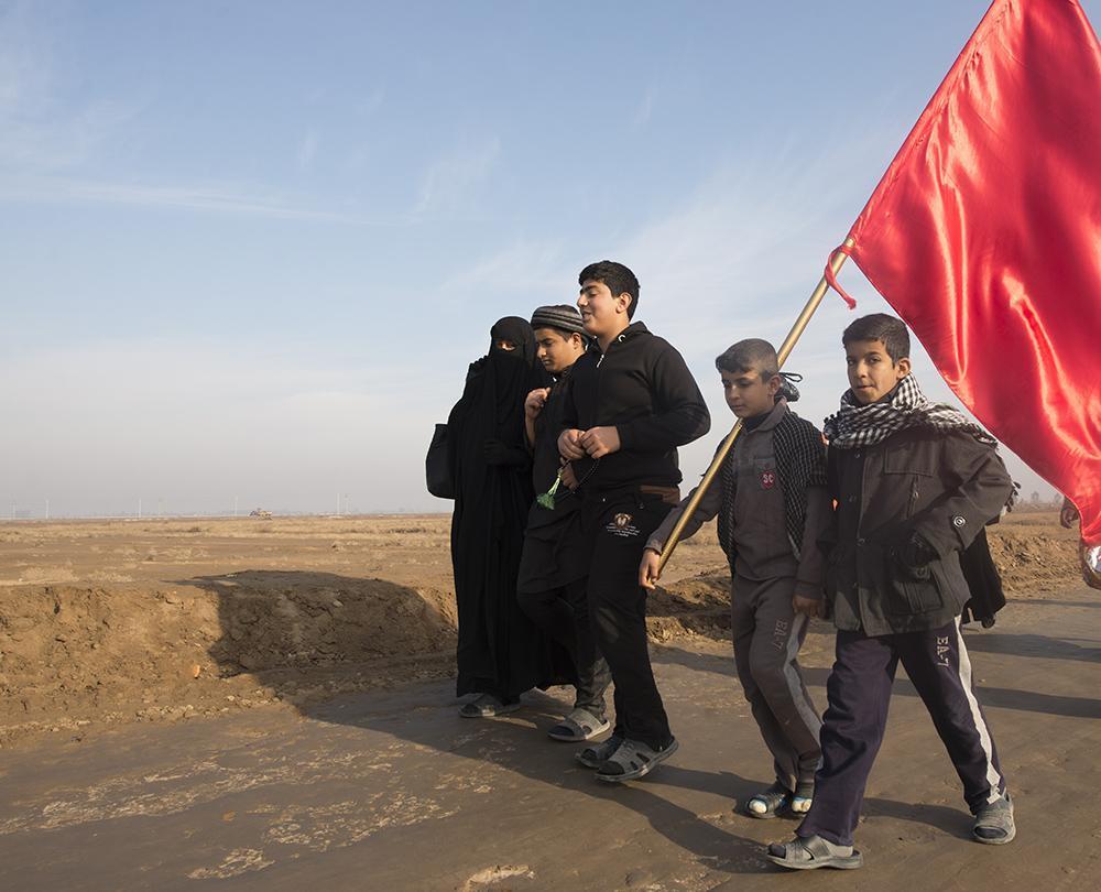 با فرزندانم پای در مسیر اربعین نهاده ام تا بر سیاهیِ دوستداران حسین علیه السلام بیفزایم.