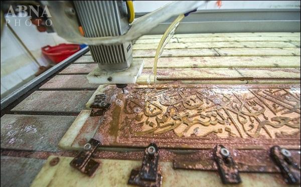 نصب کتیبه قرآنی تاج ضریح جدید حرم علمدار کربلا