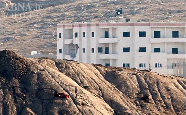 نصب پرچم داعش بر فراز ساختمانی در شرق شهر کوبانی/ عکس