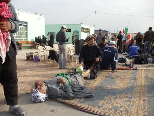 ماساژ زائران کربلای معلی در پیاده روی اربعین حسینی (ع)/ فیلم