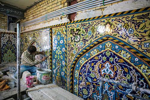 زیباسازی ورودی حرم حضرت عباس (ع) با کاشیهای معرق / عکس