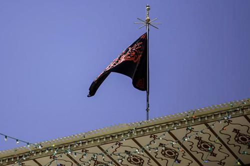 برافراشته شدن پرچم عزا بر فراز گنبد علوی / گزارش تصویری