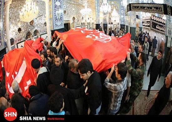 پرچم سیدالشهدا و حضرت عباس علیهما السلام در حرم زینب سلام الله علیها