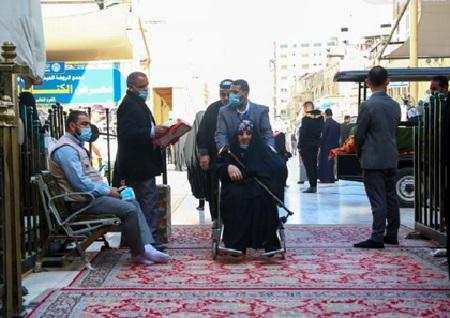 استقبال خادمان آستان علوی از زائران ناتوان / گزارش تصویری