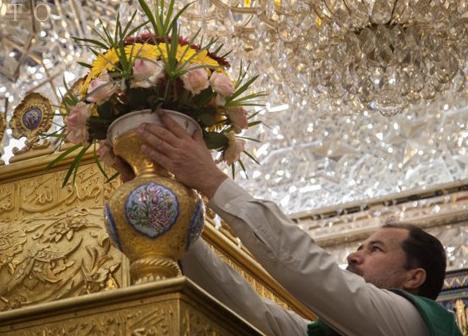 گل آرایی ضریح منور حرم امام حسین (ع)