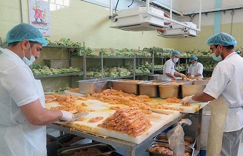 تأمین غذای زائران عتبات در آشپزخانه صنعتی