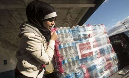 توزیع آب توسط پیروان امام حسین (ع) در شهری بحران زده در میشیگان