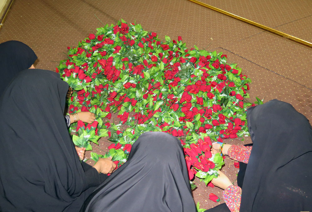 دانشجویان زائر عتبات گل های اعیاد شعبانیه را دسته کردند
