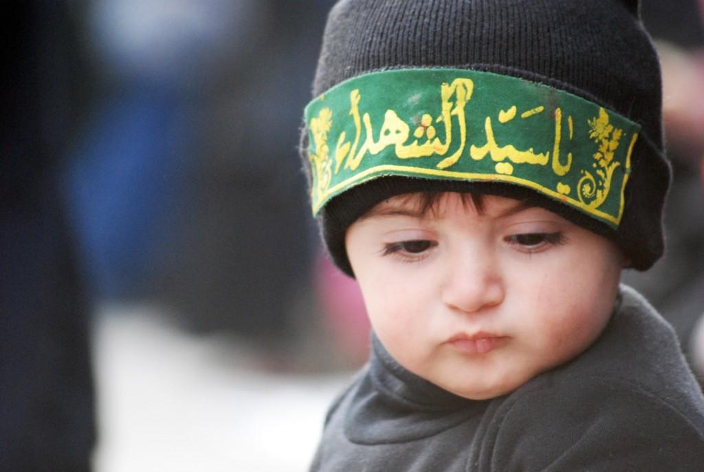 سینه زنی کودکی بیدست به عشق سیدالشهدا علیهالسلام/ فیلم