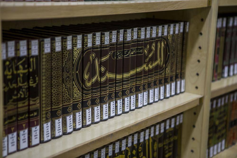 استاد دانشگاه آمریکا کتابخانه شخصی خود را به حرم امام حسین (ع) هدیه کرد