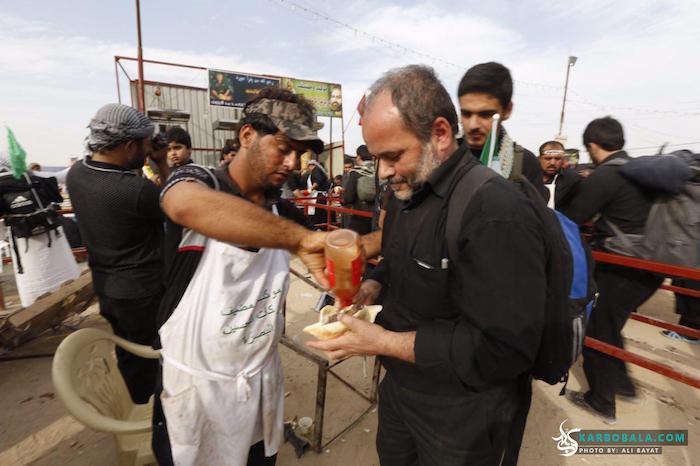 پذیرایی از زائرین اربعین با اغذیه مختلف/ گزارش تصویری