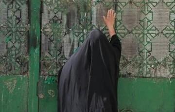 توسل زائران حضرت زینب (س) پشت دربهای بسته حرم