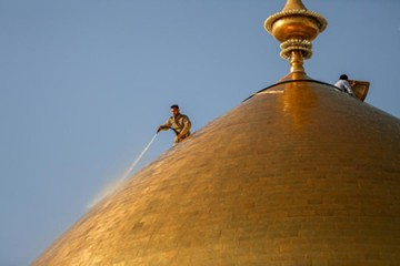 آیین شستشوی گنبد حرم امام علی (ع) / گزارش تصویری