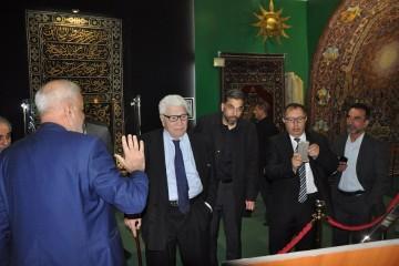 اهدای یک نسخه خطی نادر از طلا به آستان مقدس حسینی (ع) + عکس