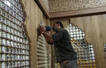 نصب دکور چوبی داخل ضریح جدید حضرت عباس علیهالسلام