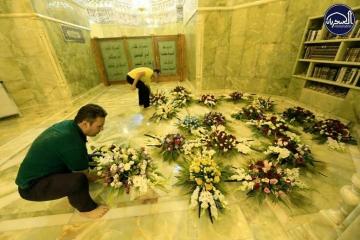 گلآرایی حرم مطهر عسکریین(ع) بمناسبت ولادت امام رضا(ع) + گزارش تصویری