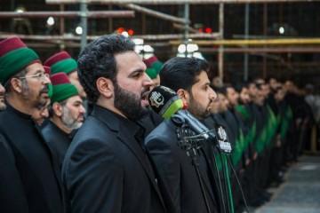 خادمان حرم های امام حسین (ع) و حضرت ابوالفضل (ع) در وفات ام البنین به عزاداری پرداختند + تصاویر