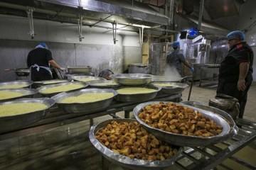 ارائه خدمات و توزیع غذای گرم میان نیازمندان توسط آستان علوی