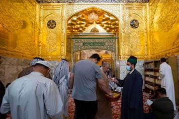 عیدی خادمان آستان قدس عباسی / عکس