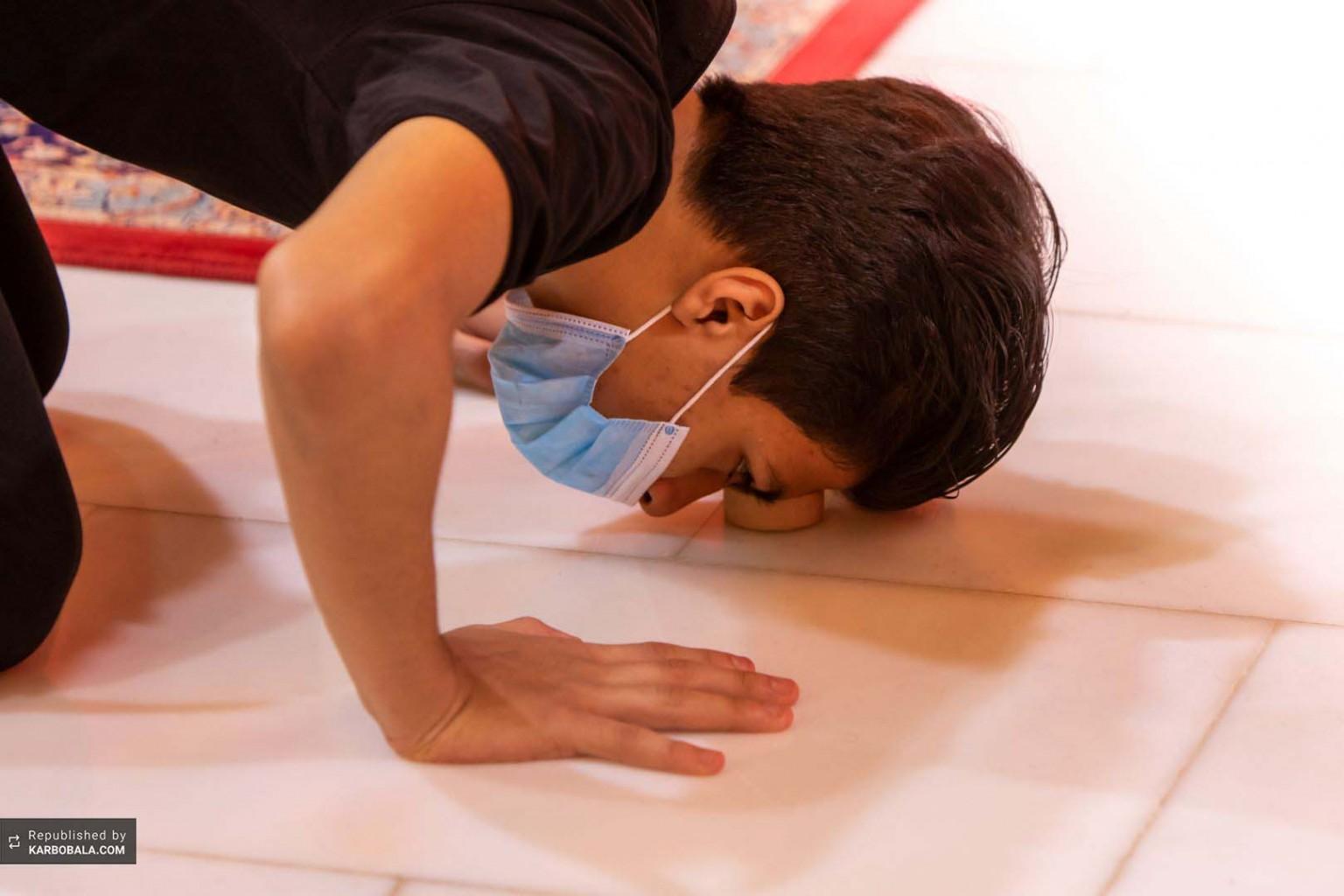 نماز خواندن زوار بر تربت پاک کربلاء حسینی
