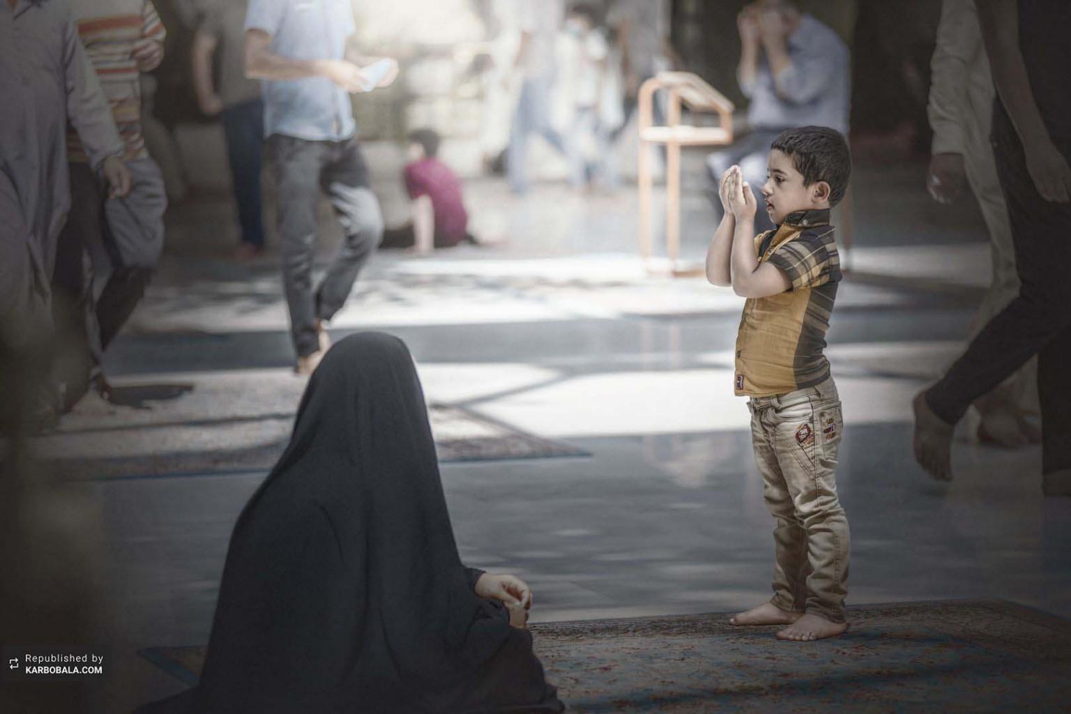 نماز خواندن کودک پاک حسینی در بینالحرمین
