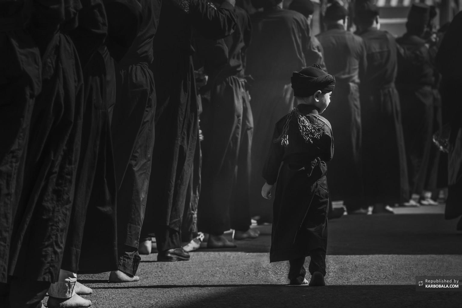 کودک خردسال در میان عزاداران حسینی