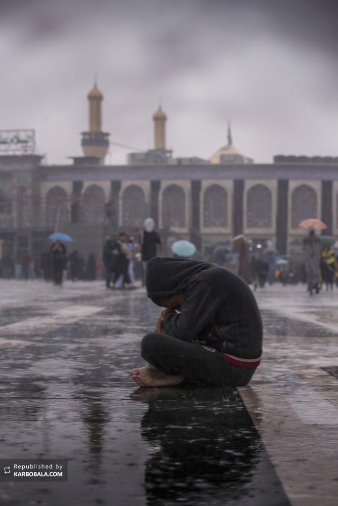 توسل نوجوان حسینی در بینالحرمین در هوای بارانی کربلا