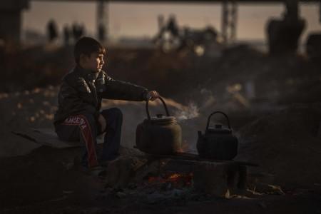 پذیرایی یک نوجوان از زوار حسینی در راه کربلا