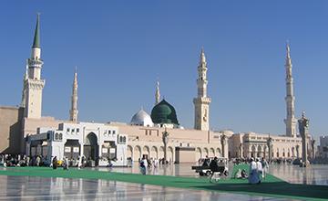 امام حسین (ع) کنار قبر پیامبر(ص)